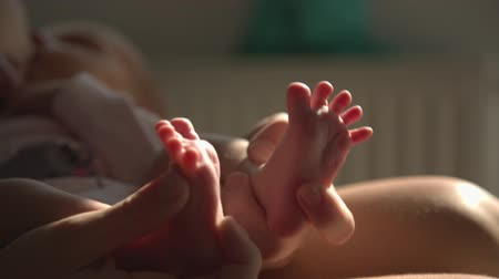 kisbaba : Mom hands foot massage her newborn baby Stock mozgókép
