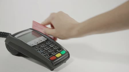karta kredytowa : Hand swiping generic credit card on an over counter POS terminal