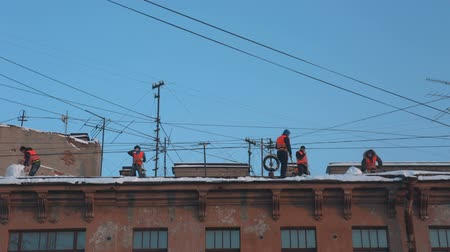 çatılar : workers clean the roof from snow