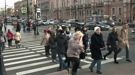 Saint-Petersburg, Russia, 03 October 2016. Group of people crossing the carriageway at a pedestrian crossing in the historic centre of the city in the fall Стоковые видеозаписи