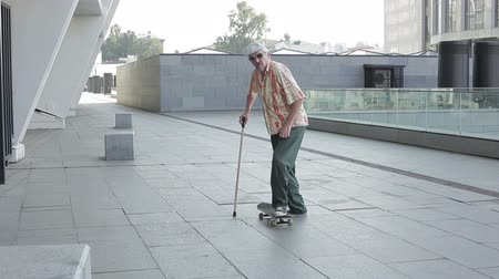 travessura : Old man with a walking stick falls from the skateboard. Vídeos