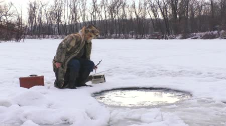 Winter fishing in the hole. Wideo