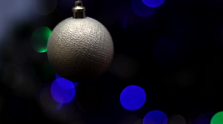 lemoniada : Christmas tree decorated with toys and sparkles. Against the background of blue, trend 2020. Wideo