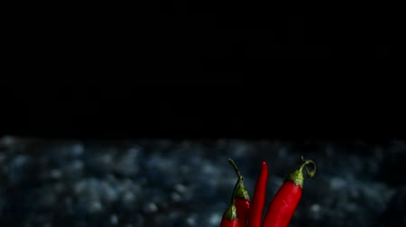 ervilhas : Bright red chili peppers in a transparent glass on a dark blue background. Color Trend Vídeos