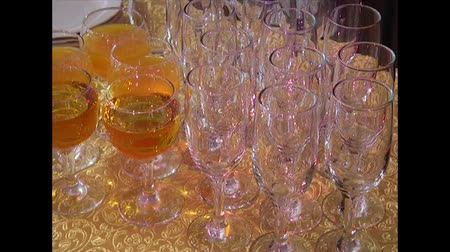 abobrinha : Reception on a holiday. Glasses filled with drinks, preparation for the event.