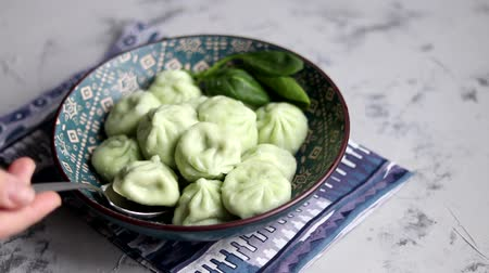 перец чили : Boiled khinkali made of dough with spinach. Garnished with Red Chilli, Dill and Parsley.