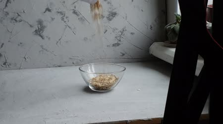 bezelye : Raw oatmeal in a transparent bowl prepared for brewing porridge. Healthy food, on a light background.