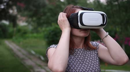 realidade : Young woman in 360 VR glasses. Virtual reality glasses.