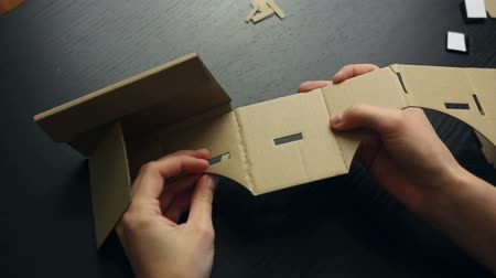 fejhallgató : Girl assembling a Virtual Reality cardboard glasses