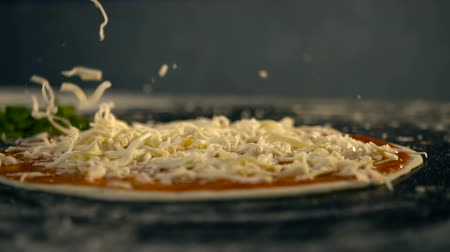 sýr : Cheese falls on pizza. Slow Motion Dostupné videozáznamy