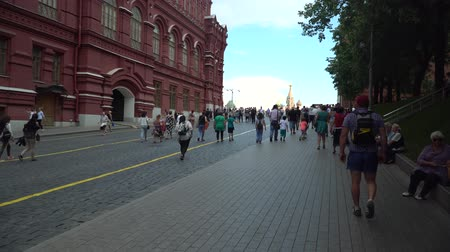фест : MOSCOW, - July 1: Crowd of locals people fans at the Red Square during FIFA World Cup 2018. July 1, 2018 in Moscow, Russia. Стоковые видеозаписи