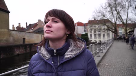 Бельгия : girl walks and looks at attractions in the city of Bruges Belgium Стоковые видеозаписи