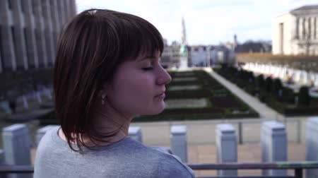 bruxelas : tourist girl walks and looks at attractions in the city of Brussels Belgium. slow motion.