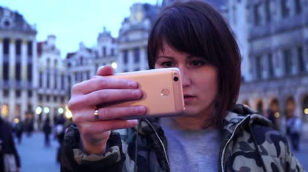 бельгийский : Lady tourist takes pictures on Grand-Place in Brussels, Belgium.slow motion. dolly zoom effect