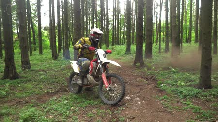enduro : Enduro motorcyclist makes an aggressive turn. Slow motion Stock Footage