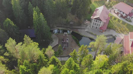 corredor : Aerial top view of wedding ceremony with arch and guests sitting on chairs, on the riverside