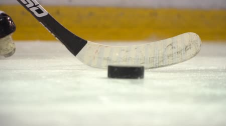 stick hitting hit hockey puck in slow motion Stock mozgókép