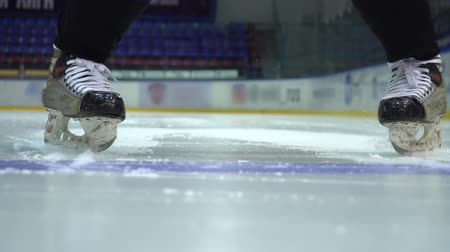freio : Ice hockey. The hockey player does the braking on the ice before camera in slow motion Vídeos