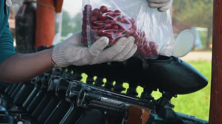 пистолеты : Loading the gun colored balls for paintball games