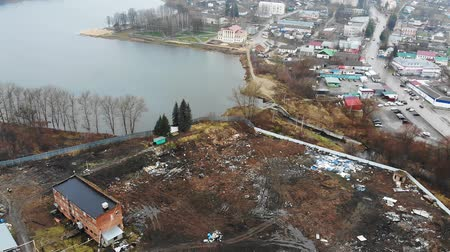 hasznosság : landfill site with garbage pile of human waste by houses Stock mozgókép
