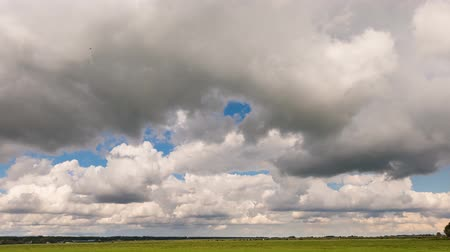 meteorologia : Time lapse of a Dutch meadow in Vreeland with moving gray and white clouds.