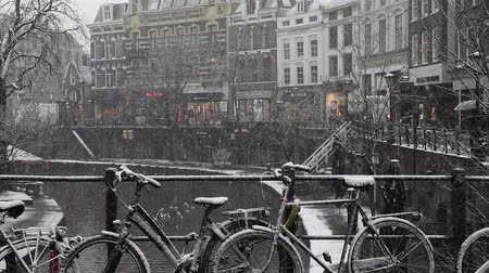 Utrecht, Netherlands - December 11, 2017: canals with trees and snowy bikes on a bridge in Utrecht in a winter snow storm, Netherlands. Wideo