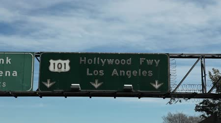 señalización de carreteras : Movimiento lento disparo de un signo Hollywood Freeway 101 en Los Ángeles, California.