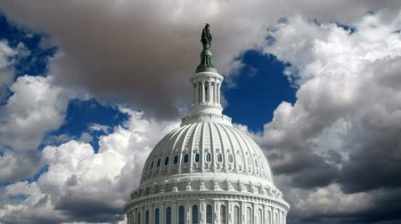čas : United States Capitol dome with time lapse storm clouds.