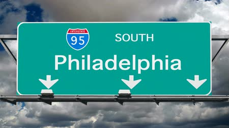 Пенсильвания : Philadelphia Interstate 95 overhead freeway sign with time lapse clouds.