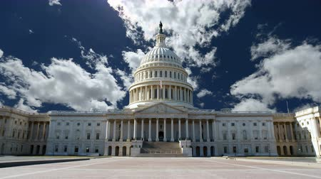 государство : United States Capitol building with churning clouds in Washington DC.