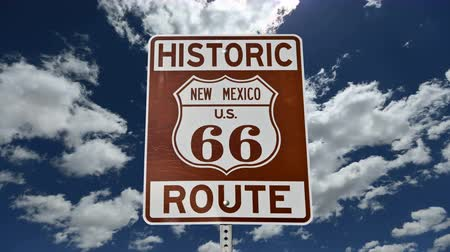 trace : Route 66 teken met Time Lapse wolken Stockvideo
