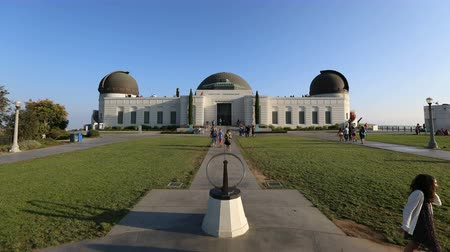 sierpien : Los Angeles, California, USA - August 8, 2014:  Crowds of summer tourists take in Los Angeless iconic city owned Griffith Park Observatory. Wideo