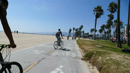 Калифорния : VENICE, CALIFORNIA - August 12, 2014:  Moving editorial time lapse on Los Angeless popular Venice Beach bike path.