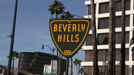 kopec : Moving editorial shot of the Beverly Hills shield sign. Dostupné videozáznamy