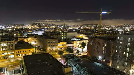 редакционный :  Zooming editorial night time lapse of fog rolling over San Franciscos south of market neighborhood. Стоковые видеозаписи