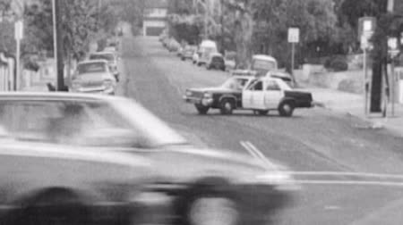 officier : Vintage 1988 super 8 images de LAPD voiture de police bloquant une rue à Hollywood, en Californie.