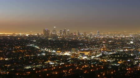 şafak : Los Angeles downtown night to dawn time lapse view from Griffith Park in the Hollywood Hills.   Stok Video