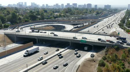 rampa : Morning traffic on the San Diego 405 Freeway Sunset Bl on ramp in Los Angeles.