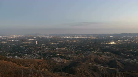vallei : Los Angeles dag naar nacht time lapse schoot van Mission Point boven de San Fernando Valley. Stockvideo