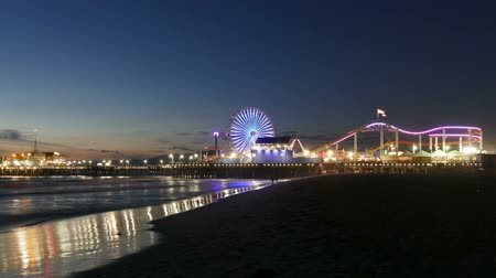 Калифорния : SANTA MONICA, CALIFORNIA - November 14, 2014:  Zooming time lapse of nightfall at the famous Santa Monica Beach and Pier. Стоковые видеозаписи