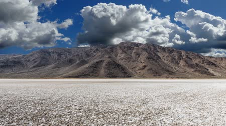 Калифорния : Desert dry lake with storm cloud time lapse in Southern Californias Mojave desert. Стоковые видеозаписи