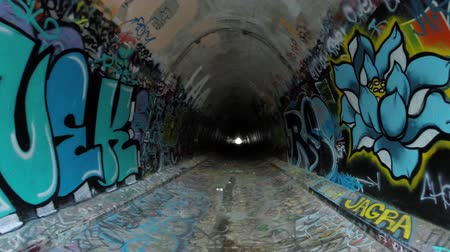 donker : Simi Valley, California, USA - 11 april 2015: Graffiti overdekte tunnel onder de tien lane 118 snelweg in de buurt van Los Angeles in Zuid-Californië.