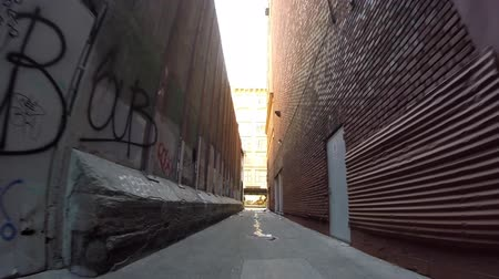 uliczka : Los Angeles, California, USA - April 26, 2015:  Grungy trash filled alley in the urban center of downtown Los Angeles. Wideo