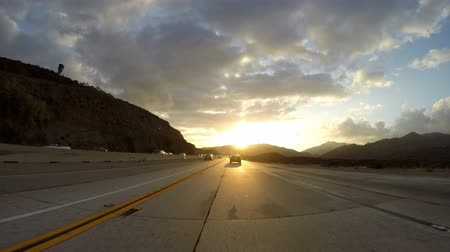 wschód słońca : Santa Clarita California USA  May 7 2015:  Fast morning traffic and clearing sunrise skies on the 14 Freeway near Los Angeles. Wideo
