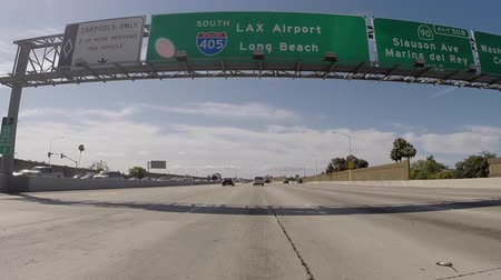 дорожный знак : Los Angeles, California, USA - July 10, 2015:  Overhead sign on the 405 San Diego Freeway south towards LAX Airport and Long Beach. Стоковые видеозаписи