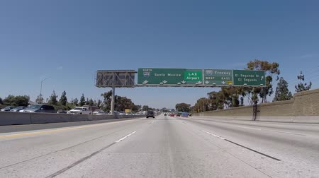 snelwegen : Los Angeles, California, USA - 10 juli 2015: Lucht luchthaven LAX en Long Beach teken op de 405 San Diego Freeway Noord. Stockvideo