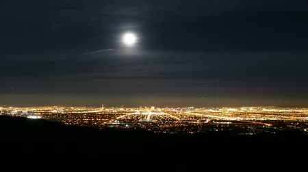 полный : Las Vegas cityscape moon rise time lapse with zoom in.