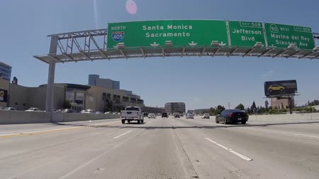 дорожный знак : Los Angeles, California, USA - July 10, 2015:  Los Angeles 405 San Diego Freeway north towards Santa Monica and Sacramento overhead sign.
