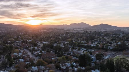 gün : Thousand Oaks sunset time lapse with zoom in Southern California.