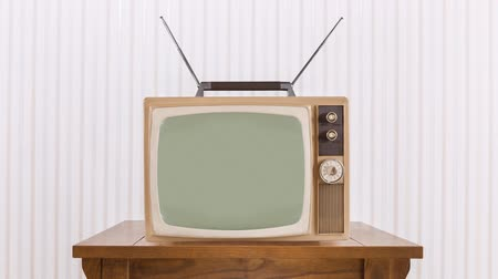 вещание : Old television with zoom into static and chroma green screen.
